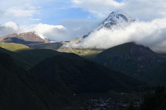 Mount Kazbek in de vroege uurtjes
