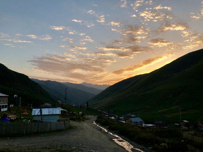 Zonsondergang in Ushguli