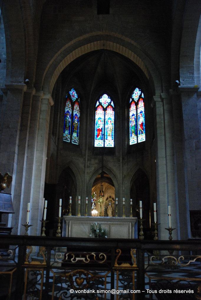 [NU001i-2018-0062] 13 - Arles - Saint-Trophime : Le chœur et ses trois fenêtres ornées de vitraux du XIX°