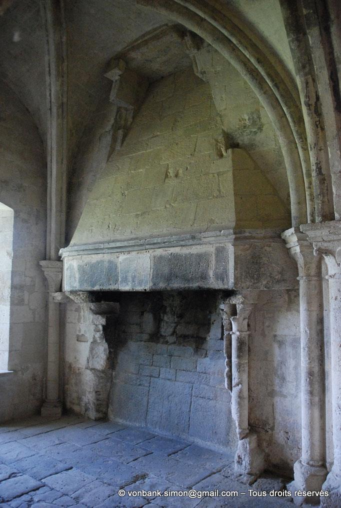 [NU003-2017-092] 13 - La Roque d'Anthéron - Abbaye de Silvacane : Salle des moines ou salle du chauffoir - Cheminée