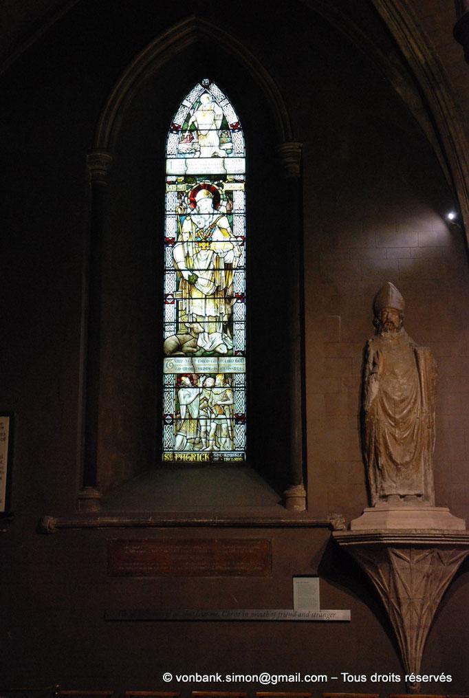 [NU002p-2016-0131] Dublin - Cathédrale Saint-Patrick : Vitrail et statue de Saint Patrick