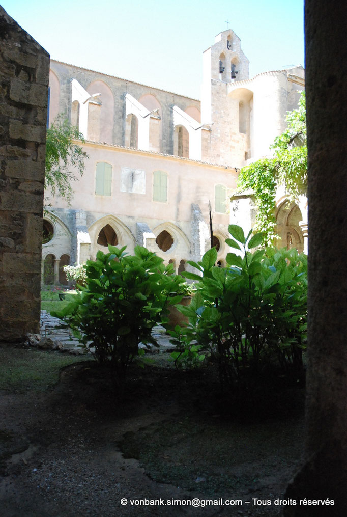 [NU001-2017-566] 34 - Villeveyrac - Valmagne : Galerie Nord du cloître - Clocher-mur surplombant le transept Sud