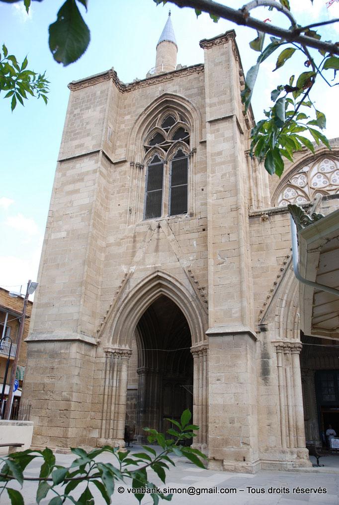 [NU905-2014-0313] Nicosie - Agia Sophia : Tour et accés extérieur Nord du porche (XIV°) - en arrière-plan, le minaret Nord