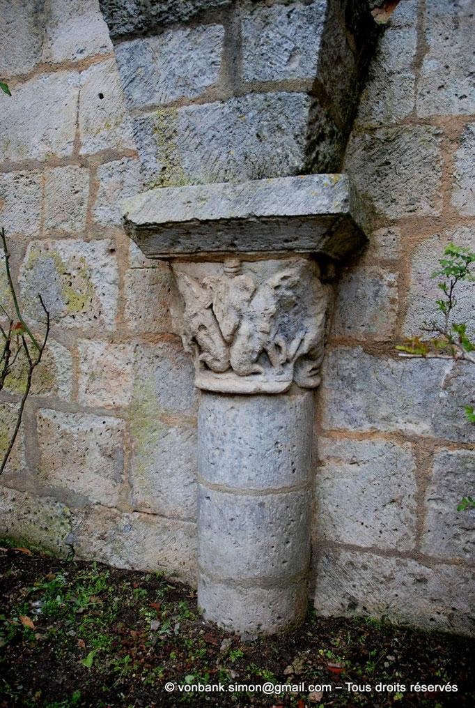 [NU904-2015-0072] 17 - Sainte-Gemme - Cloître : Haut de colonne avec tas de charge (galerie Nord)