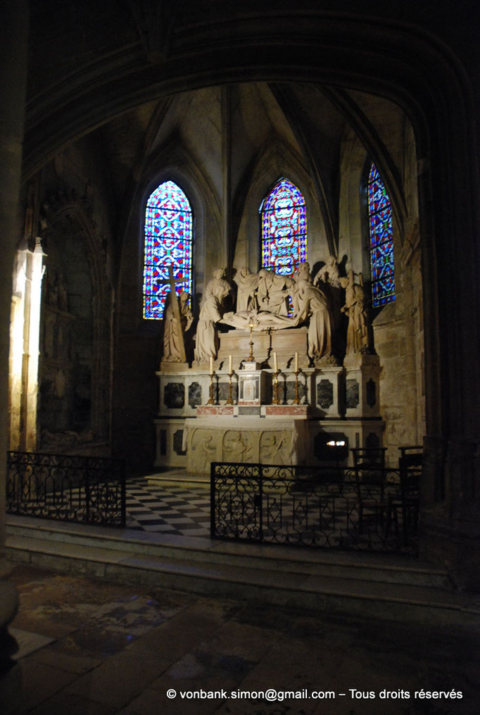 [NU001i-2018-0061] 13 - Arles - Saint-Trophime : Autel de la chapelle du Saint-Sépulcre - Sarcophage de Geminus (V°) - Au-dessus, la Mise au tombeau (XVI°)