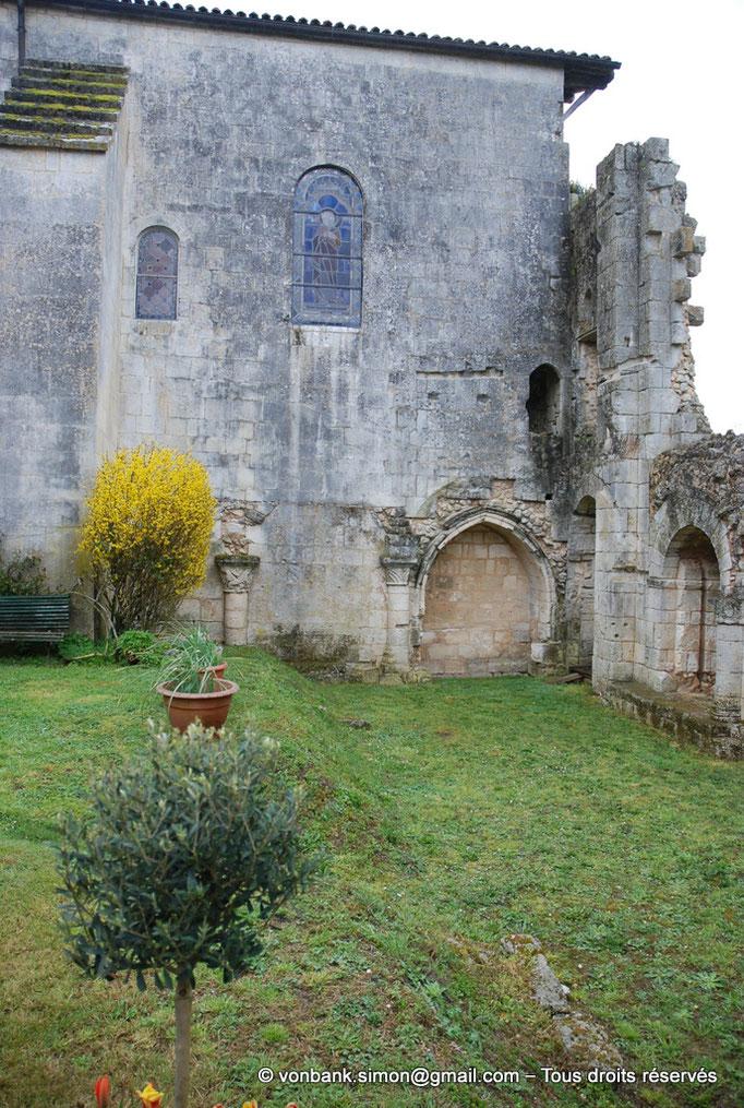 [NU904-2015-0066] 17 - Sainte-Gemme - Cloître : Adossés au mur extérieur Sud de la nef, hauts de colonne et enfeu (galerie Nord - XIII° siècle)