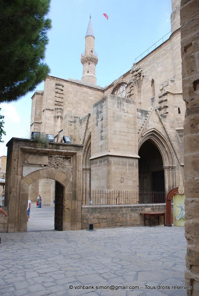 [NU905-2014-0308] Nicosie - Agia Sophia : Entrée latérale Sud du porche (XIV°) - en arrière-plan, minaret Nord