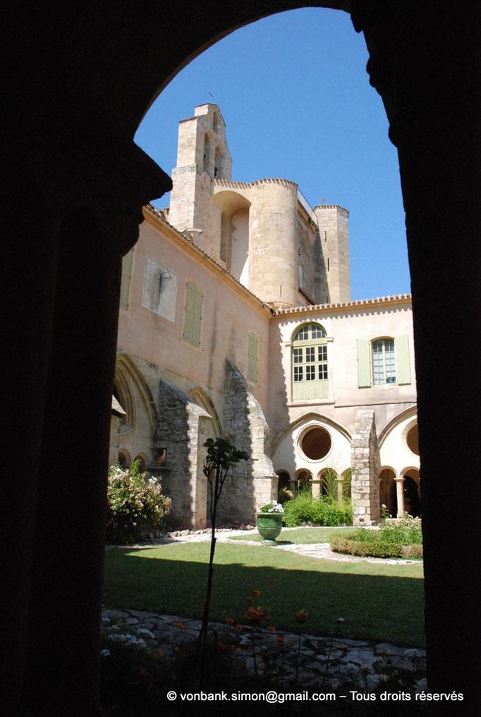 [NU001-2017-562] 34 - Villeveyrac - Valmagne : Angle Nord-Est du cloître - Clocher-mur - Transept Sud flanqué de deux tours