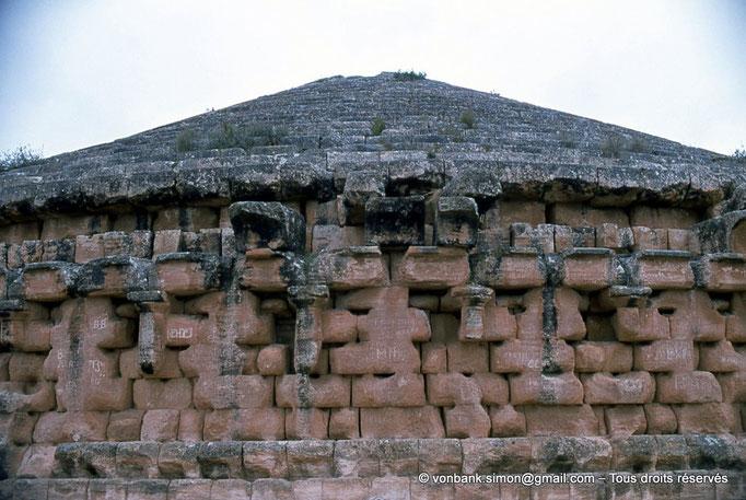 [019-1979-13] Le Medracen : Vue partielle du cylindre orné de colonnes engagées d'ordre dorique et couronné d'une corniche de style punique