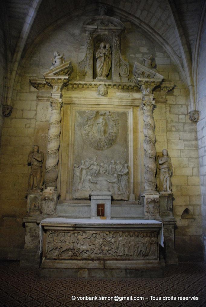 [NU001i-2018-0057] 13 - Arles - Saint-Trophime : Autel de la chapelle saint Genès - Traversée de la mer Rouge par les Hébreux (IV°) - Au-dessus, Bas-relief de l'Assomption de la Vierge (XVI°)