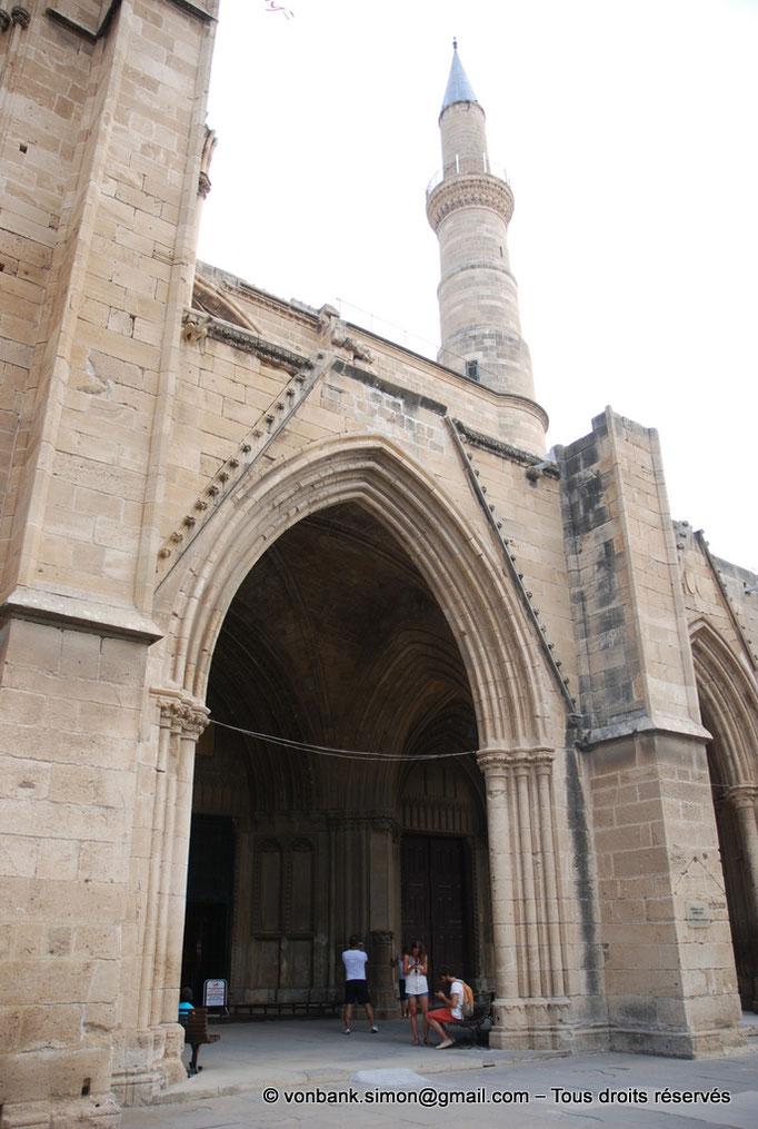 [NU905-2014-0312] Nicosie - Agia Sophia : Accès central extérieur du porche (XIV°) - en arrière-plan, le minaret Sud