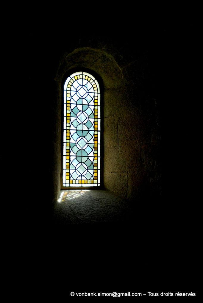 [NU003-2017-093] 13 - La Roque d'Anthéron - Abbaye de Silvacane : Salle des moines ou salle du chauffoir - Vitrail de l'une des baies