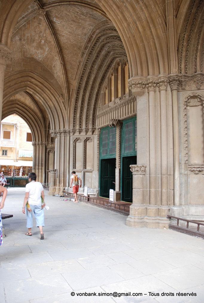 [NU905-2014-0310] Nicosie - Agia Sophia : Depuis l'intérieur du porche, vue oblique sur le portail principal de l'ancienne cathédrale (XIV°)