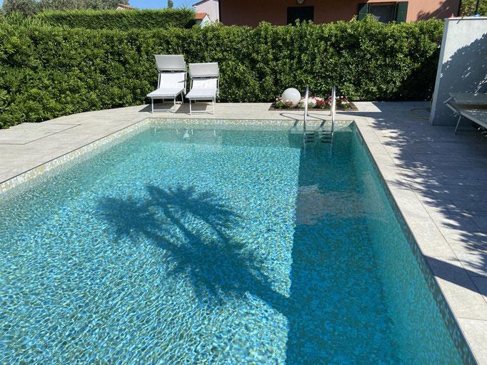 Blick von Veranda auf Pool