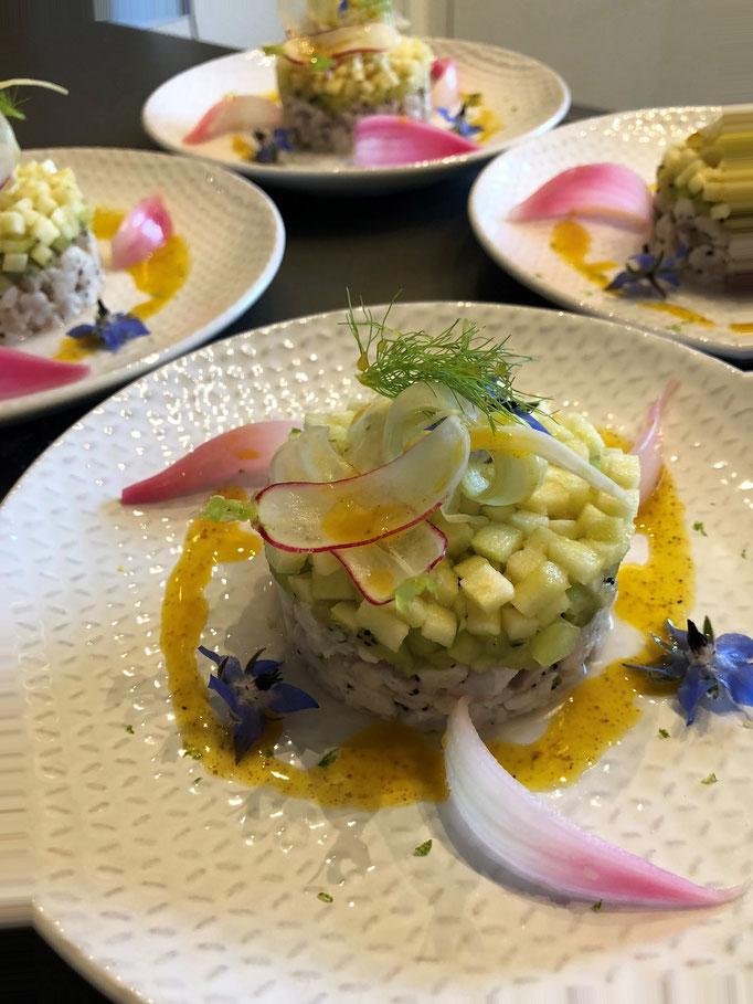 Tartare de daurade royale, pomme granny, kiwi, vinaigrette au curry, oignon rouge en pickles, fenouil & radis marinés