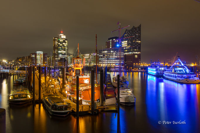 Sportboothafen / Elbphilharmonie am Abend, Hamburg, Deutschland