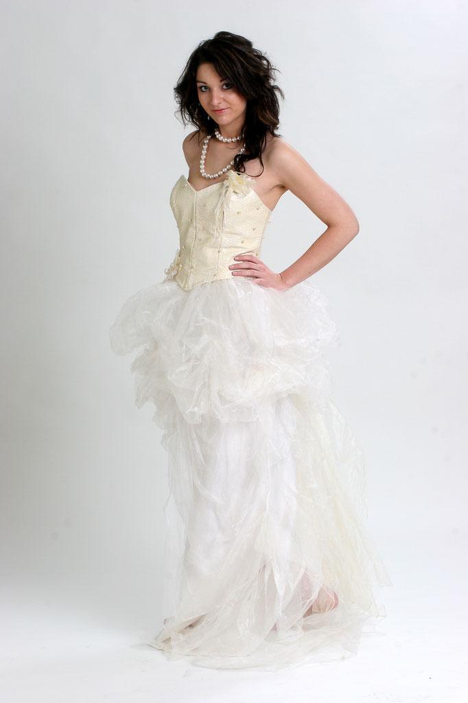 Robe de mariée en cuir ivoire et jupe en marquisette , création Sylvie Berry Couture
