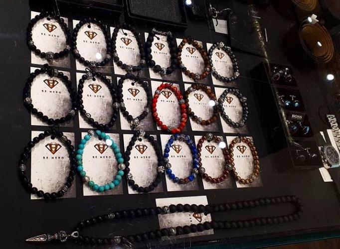 BEHERO Armbänder und Halsketten neben HUGO BOSS Maschetten in einer Vitrine von EGOIST Leipzig