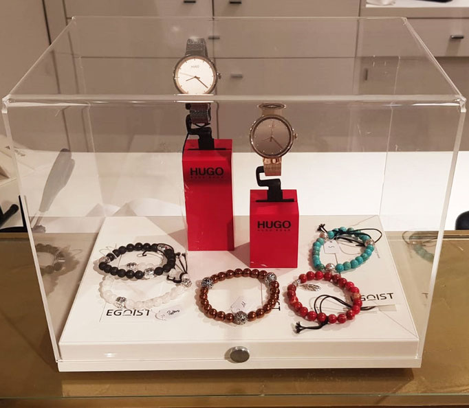 BEHERO Armbänder liegen neben zwei HUGO BOSS Uhren in einer Vitrine im EGOIST