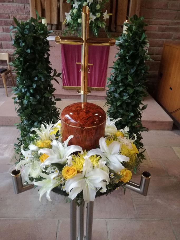 Urnenkranz mit weißen Lilien und gelben Chrysanthemen