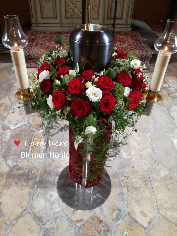 Urnenkranz mit roten Rosen