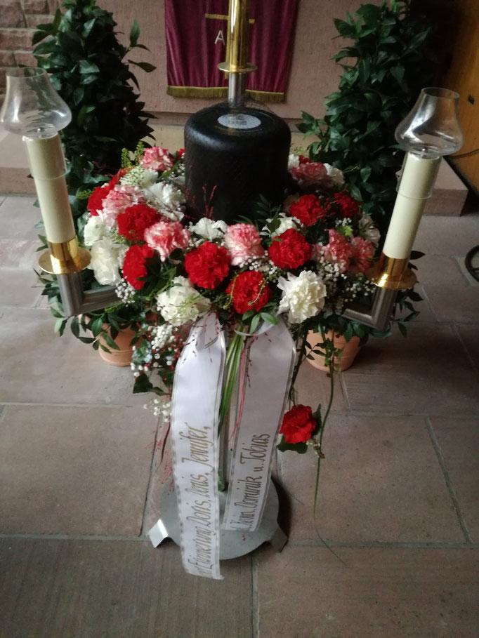 Urnenkranz mit roten und weißen Blumen