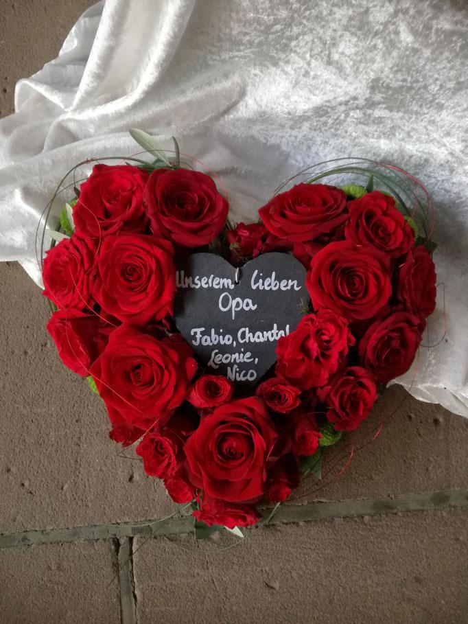 Rosenherz mit roten Rosen und Schieferherz