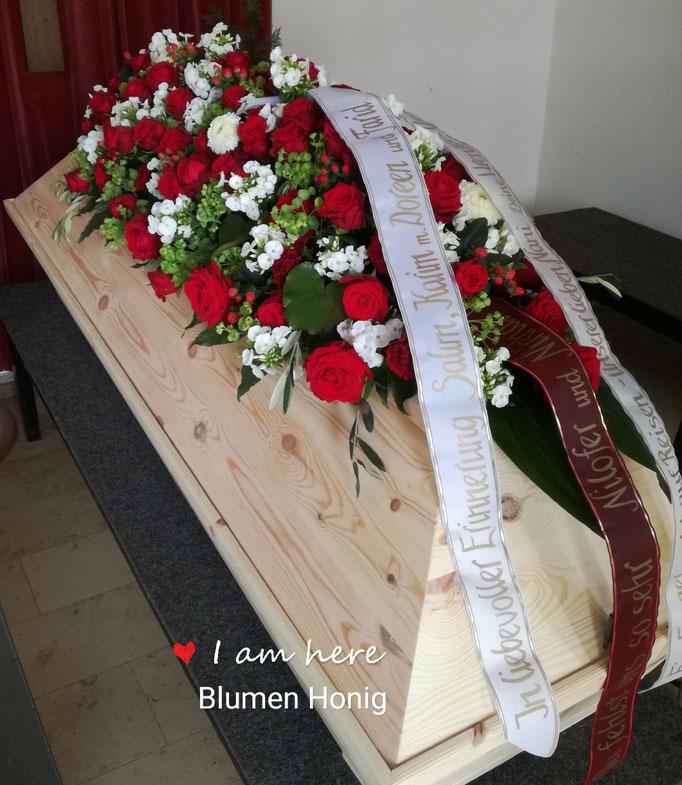 Großer Sargleger mit roten Rosen