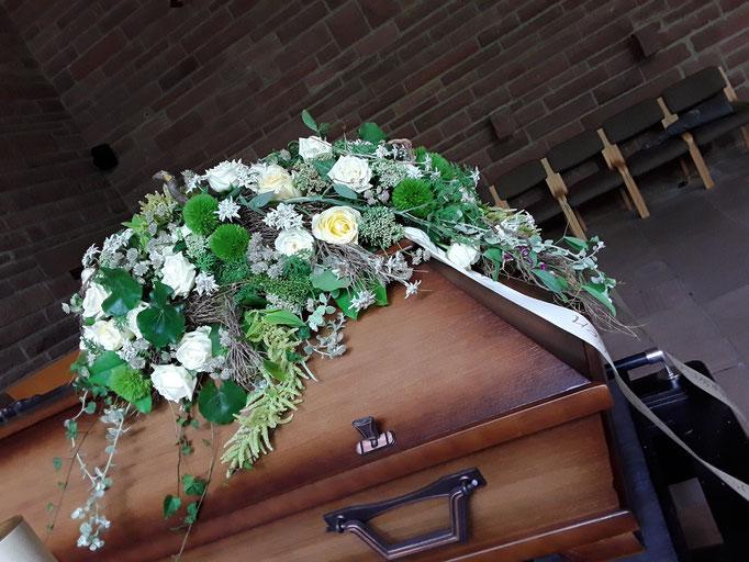 Elegantes Sargbukett in Creme und grün mit Rosen und natürlichem  Beiwerk