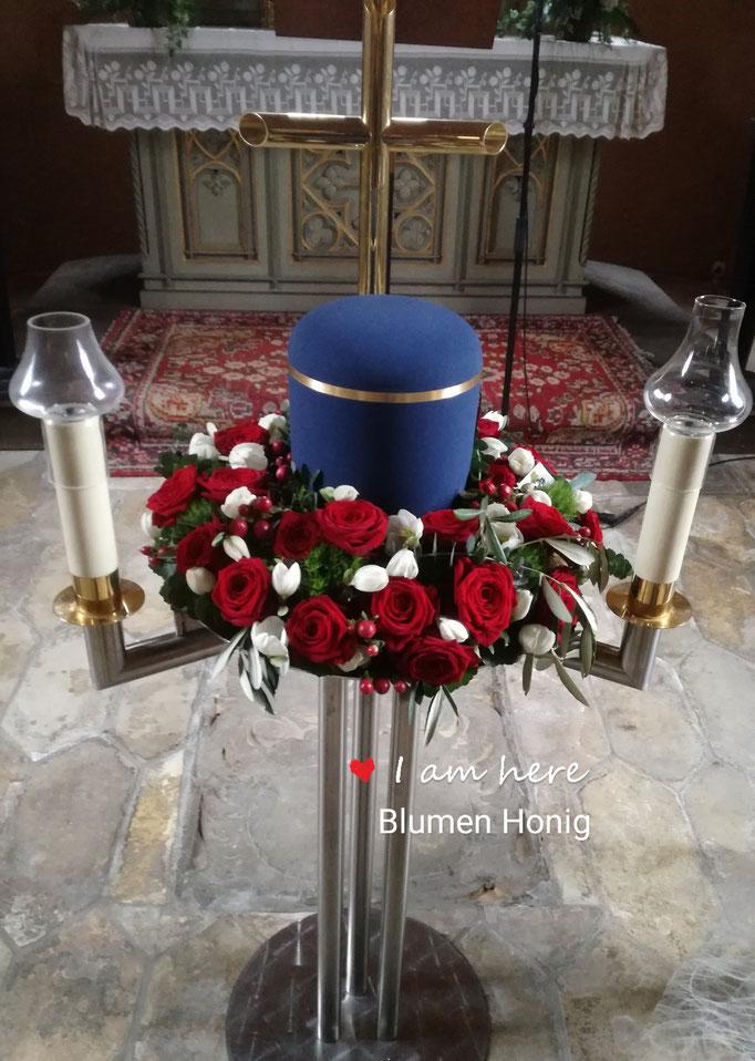 Urnenkranz mit roten Rosen und Christrosen