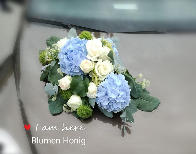 Autoschmuck mit hellblauen Hortensien und weißen Rosen