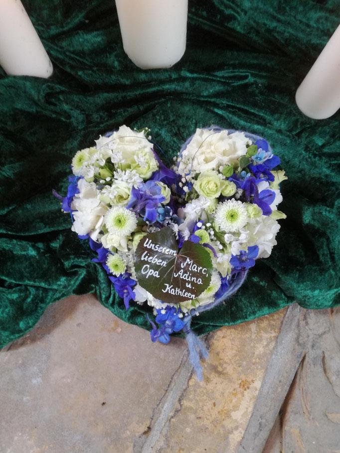 Herz mit weißen und blauen Blumen