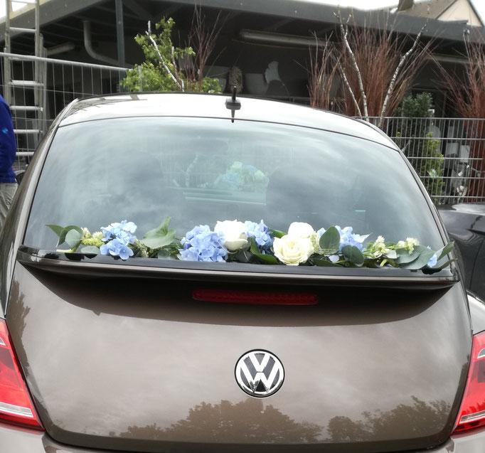 Girlande mit hellblauen Hortensien und weißen Rosen für Heck VW Käfer