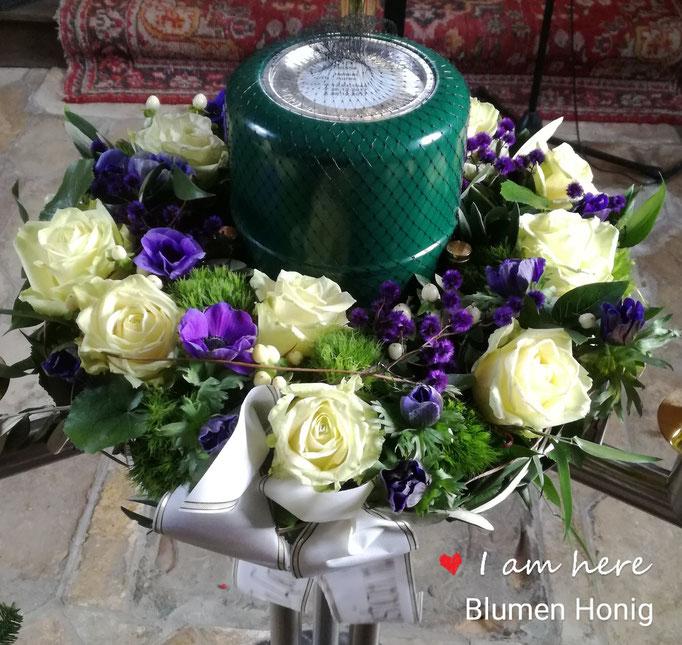 Urnenkranz mit weißen Rosen und blauen Anemonen