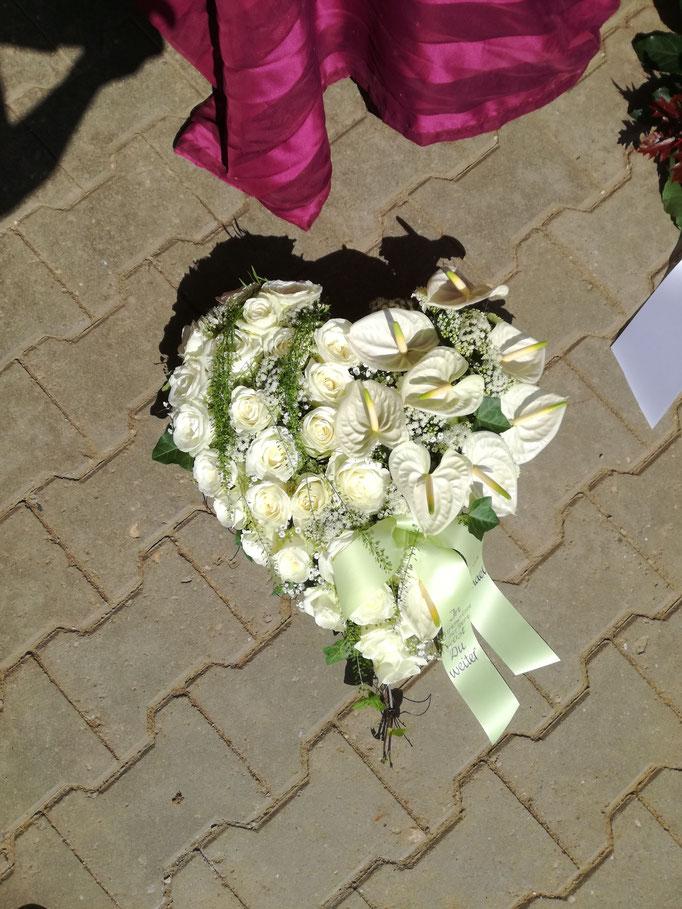 Herz geschwungen mit weißen Rosen