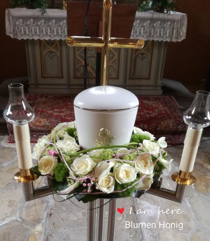 Urnenkranz mit cremefarbenen Blumen
