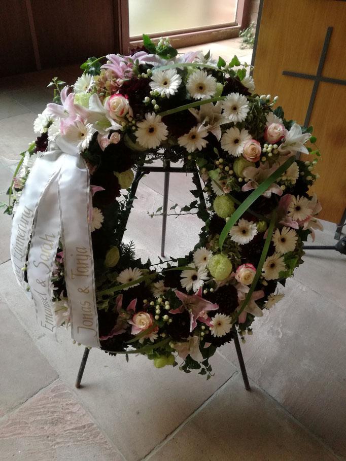 Trauerkranz rundgesteckt in weiß-rose mit Gerbera