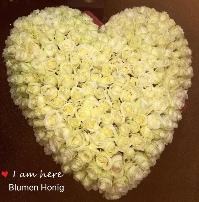 Herz mit weißen Rosen pur