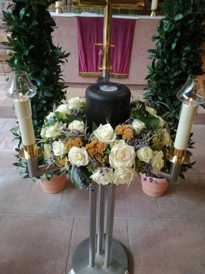 Urnenkranz mit weißen Rosen und orange