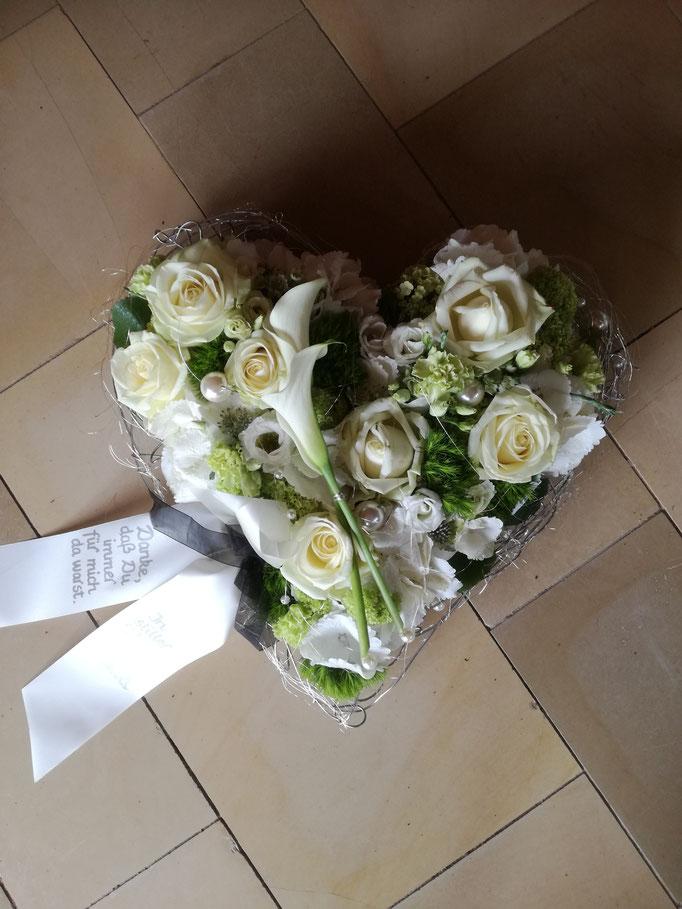 Trauerherz mit weißen Blüten und Akzentgarnierung mit weißen Calla