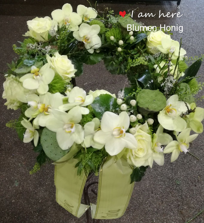 Urnenkranz in zartgrün mit Orchideen