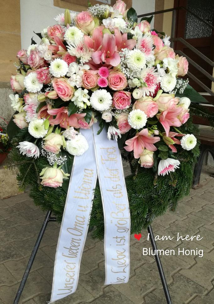 Trauerkranz in rosa mit Rosen und Gerbera