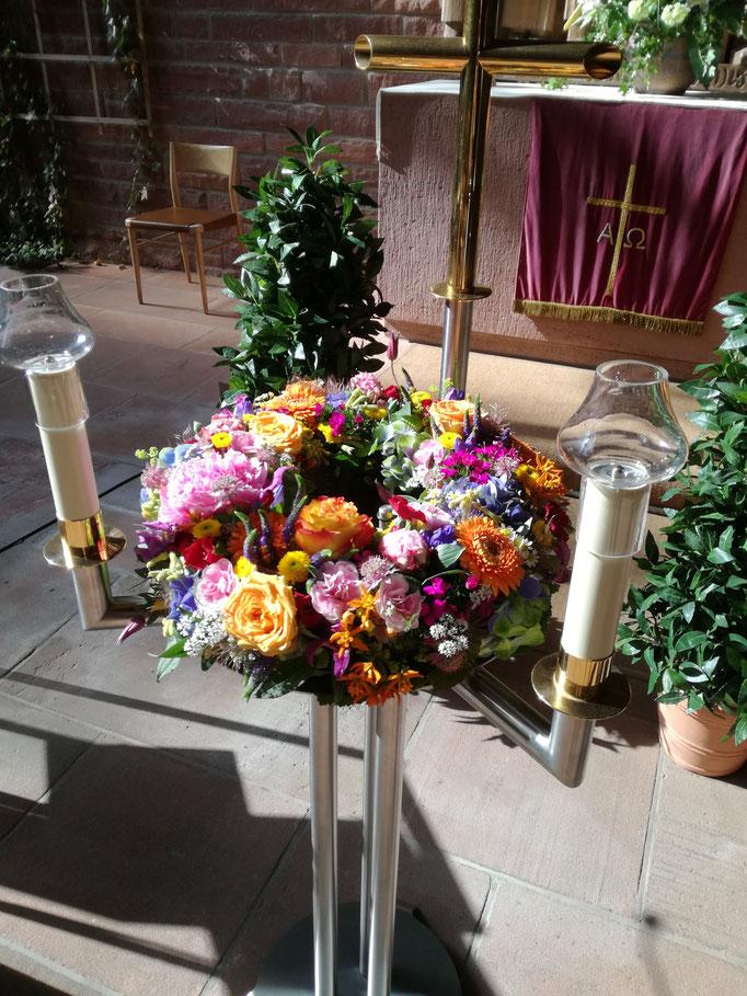Sommerlich bunter Urnenkranz in pastell