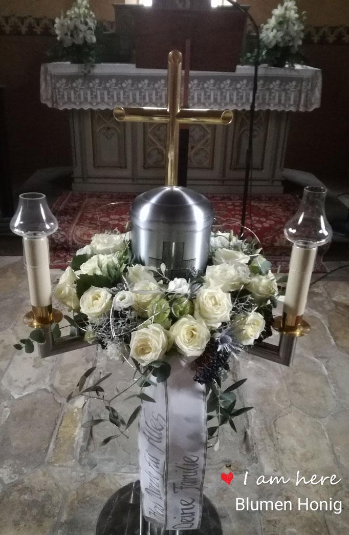Urnenkranz mit weißen Rosen und Schleierkraut