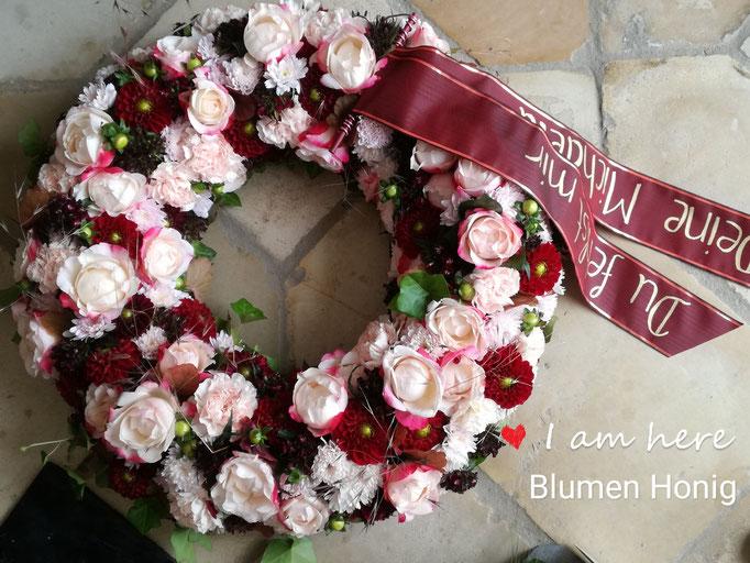 Trauerkranz rundgesteckt in rosa und Bordeaux mit Rosen