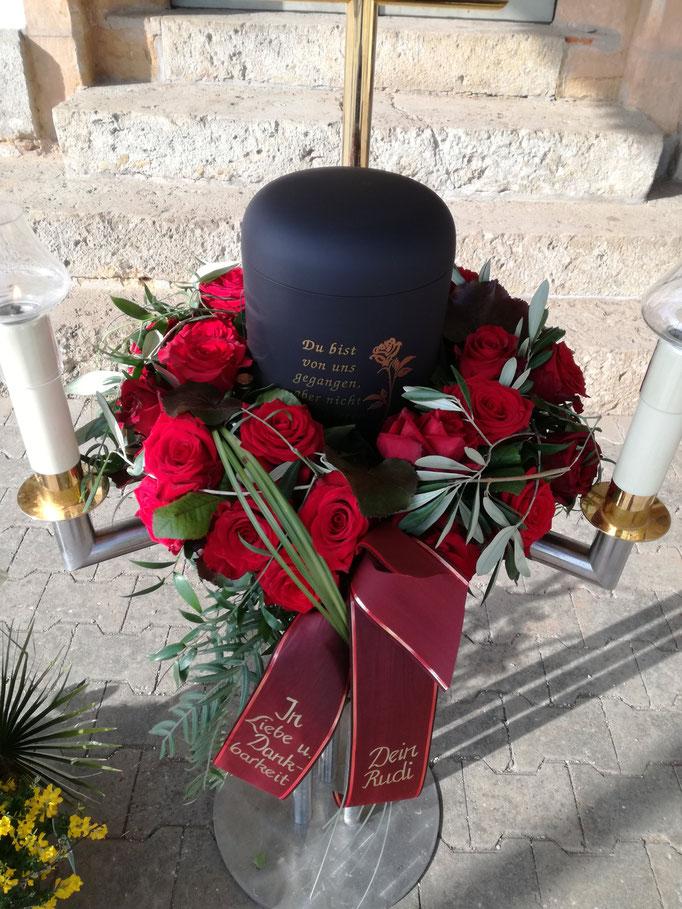 Urnenkranz mit roten Rosen und Olivenzweigen
