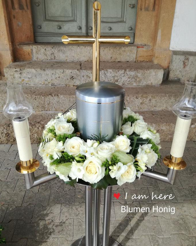 Urnenkranz mit weißen Rosen für silberne Urne