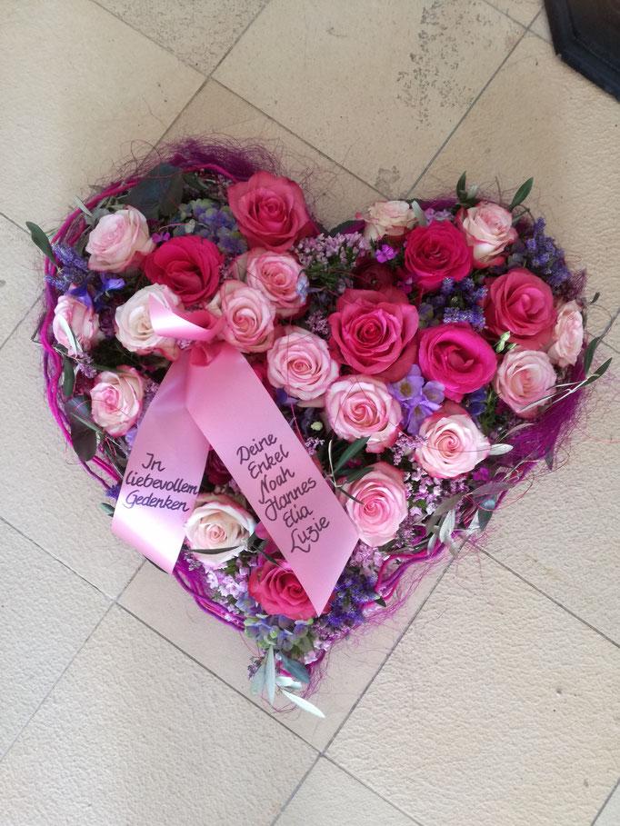 Herz gesteckt mit Blumen in rosa und pink