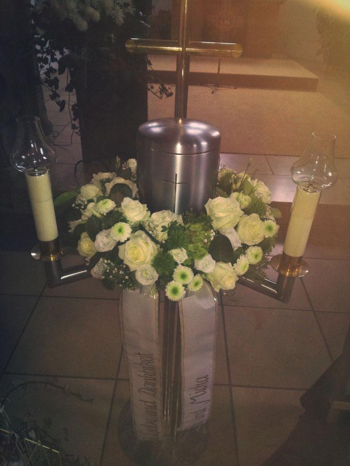 Urnenkranz mit grünen und weißen Blüten