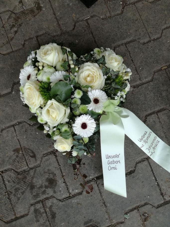 Herz mit weißen und grünen Blüten